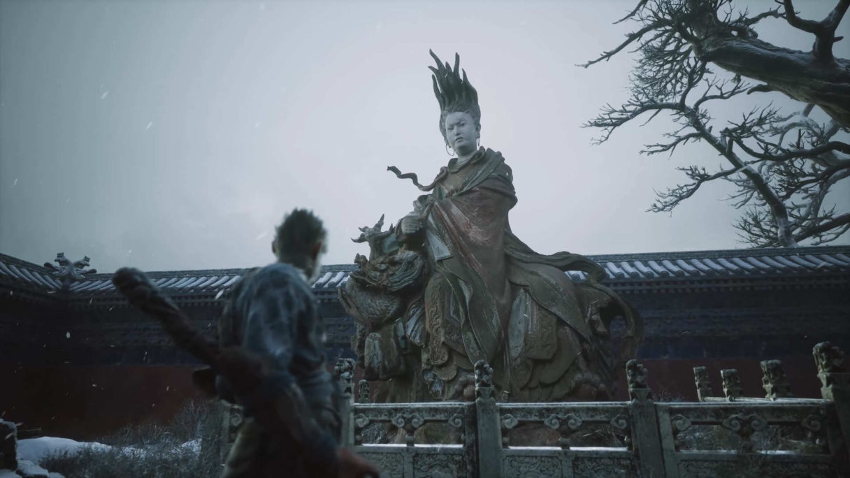 Małpa z pałką patrzy się na posąg bogini z religii politeistycznej.