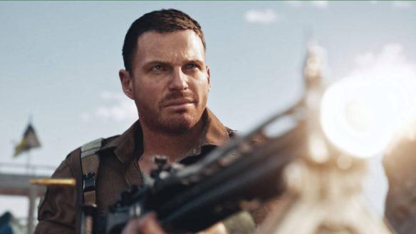 Call of Duty Vanguard - żołnierz strzela z karabinu, uśmiecha się