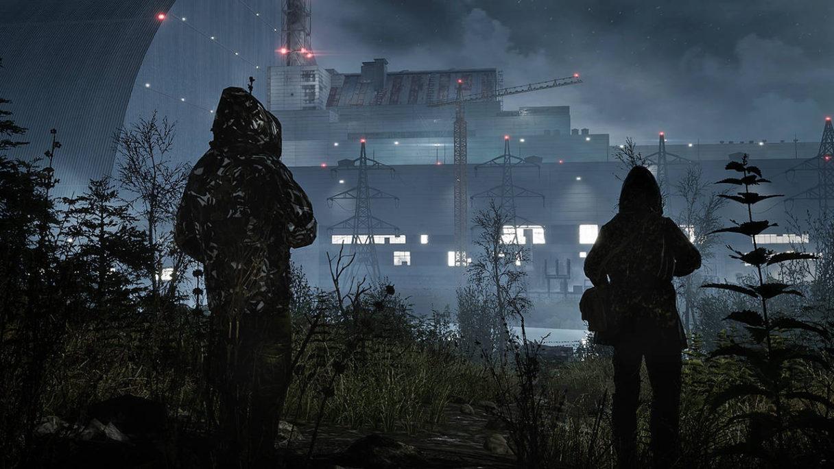 Chernobylite - dwójka ludzi obserwuje z daleka najpewniej fabrykę w nocy. Mają założone kaptury