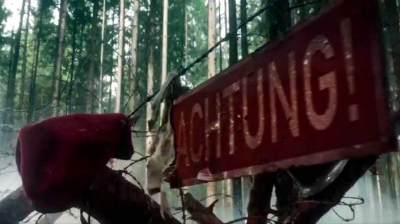 """Czerwona tabliczka z napisem """"Achtung!"""""""