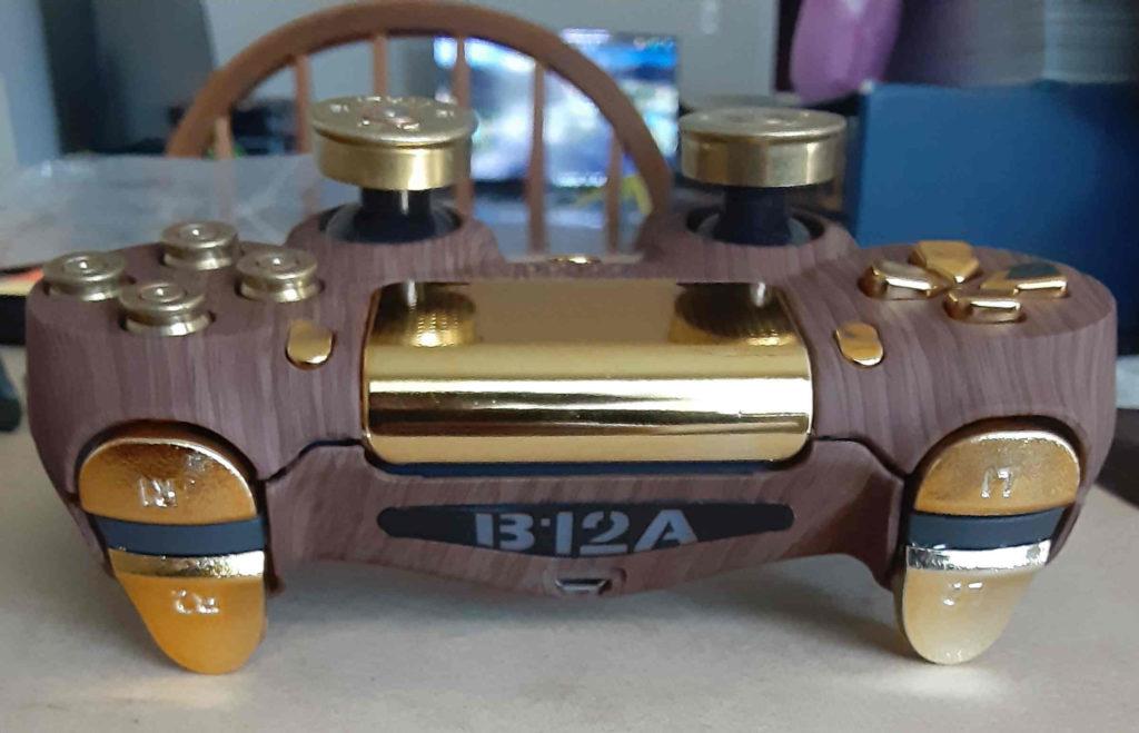 DualShock 4 - złoto, drewno, naboje - kadr na diodę