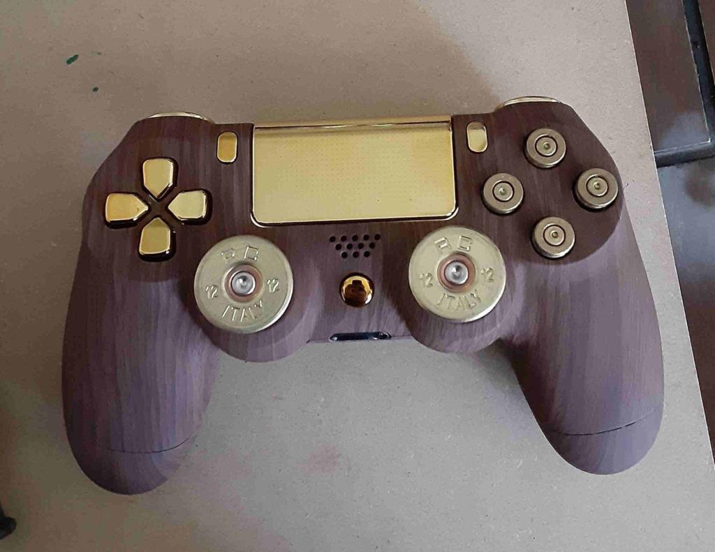 DualShock 4 - złoto, drewno, naboje - kadr przód kontrolera