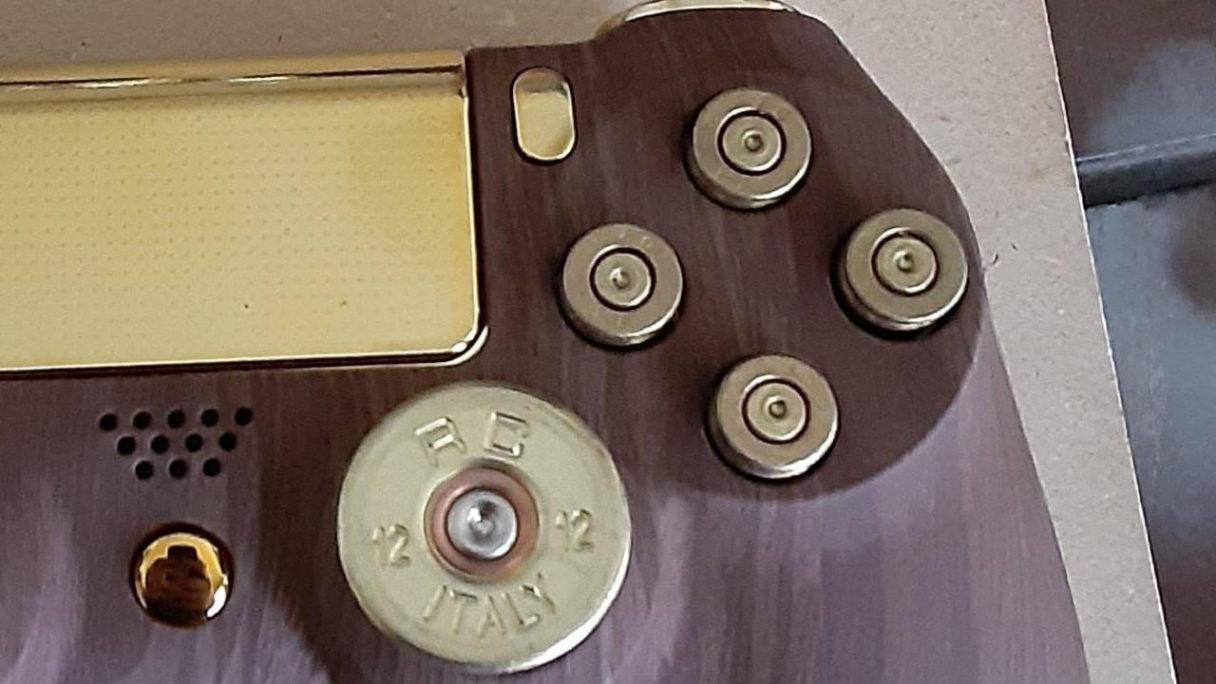 DualShock 4 - zloto, drewno, naboje - zbliżenie na kontroler