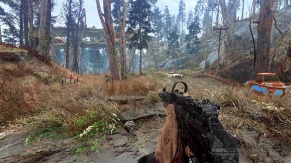 Mężczyzna w skórzanych rękawiczkach celuje z broni w lesie