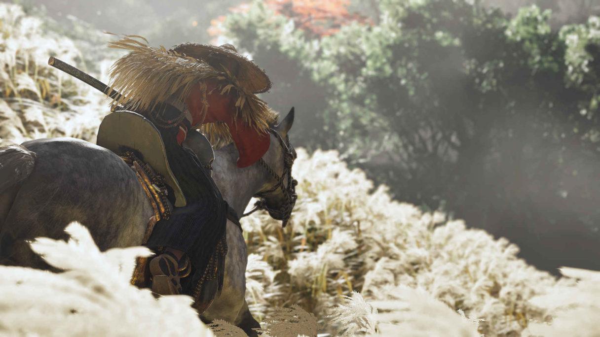 Mężczyzna jedzie na koniu.