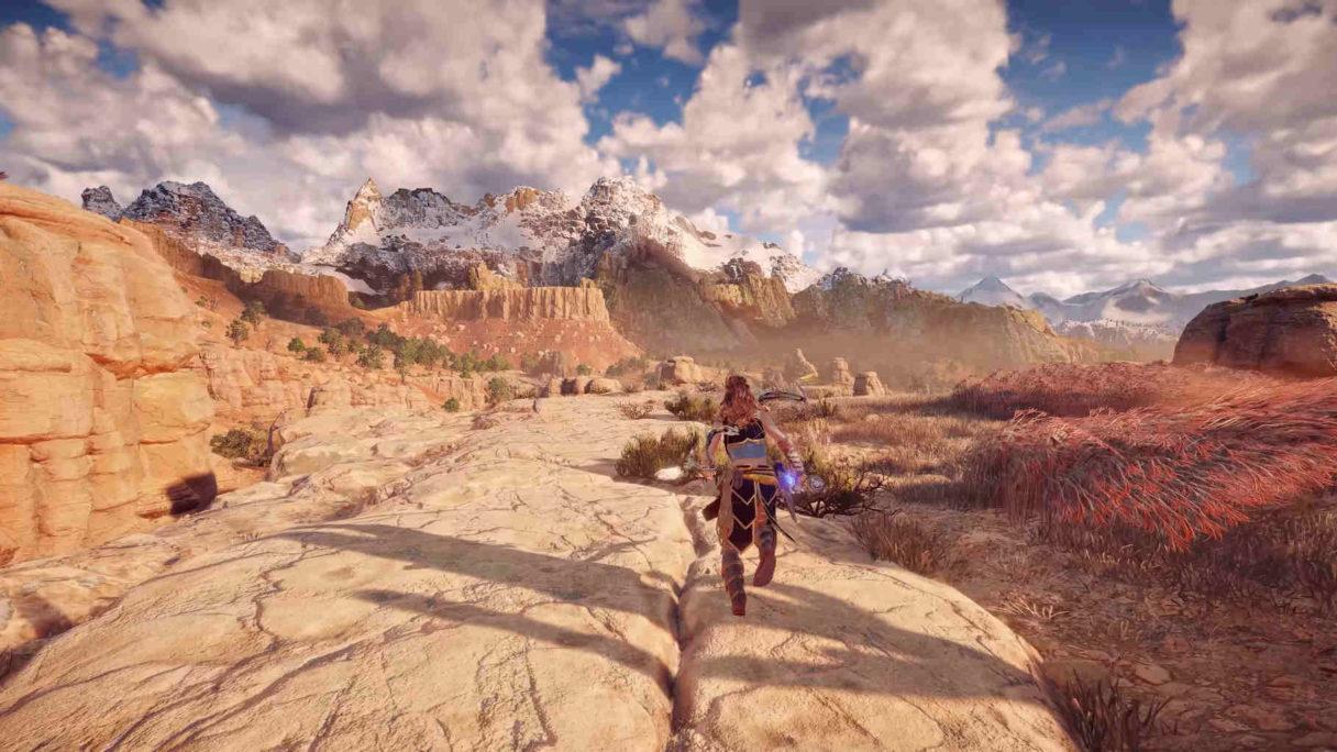 Kobieta biegnąca przez pustynny kanion.