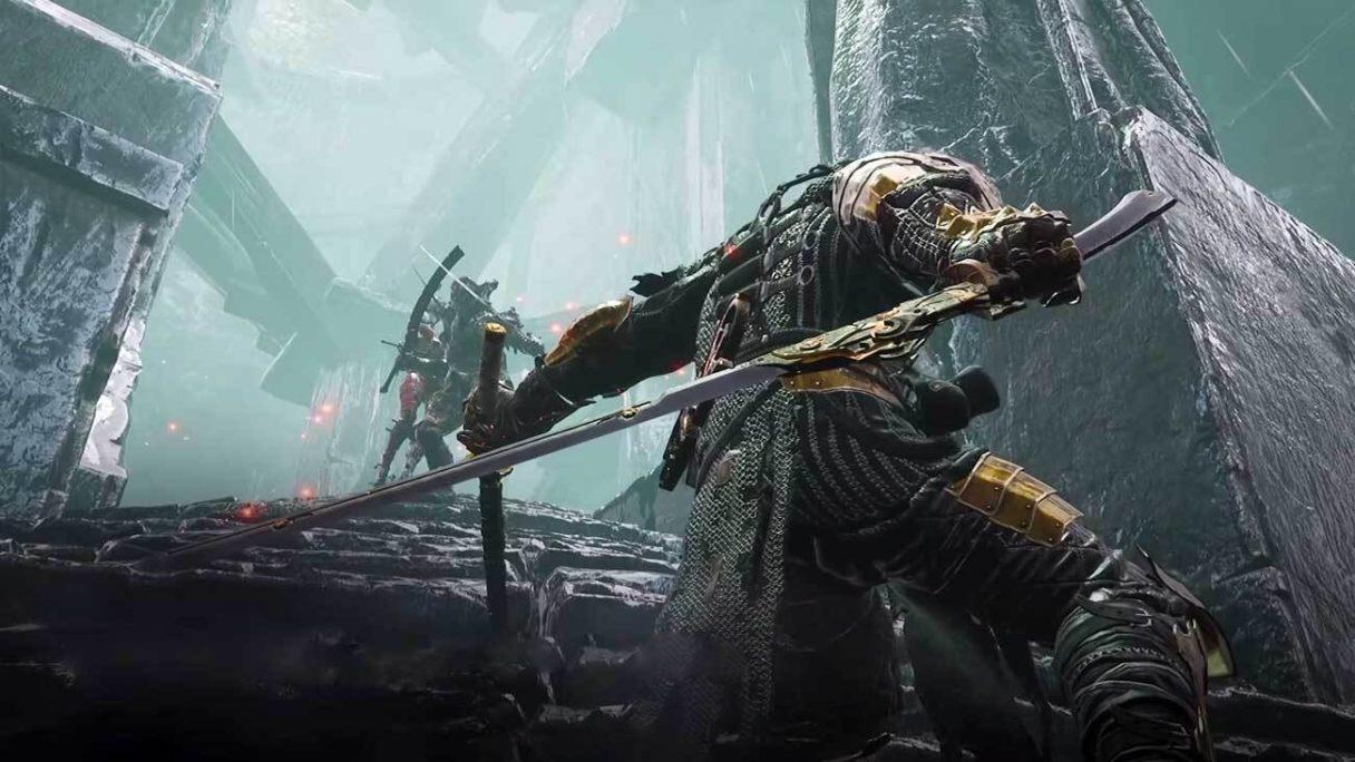 Mężczyzna w zbroi wyciąga miecz z pochwy