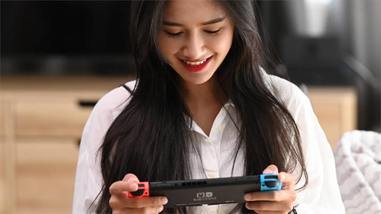 Kobieta gra na Nintendo Switch