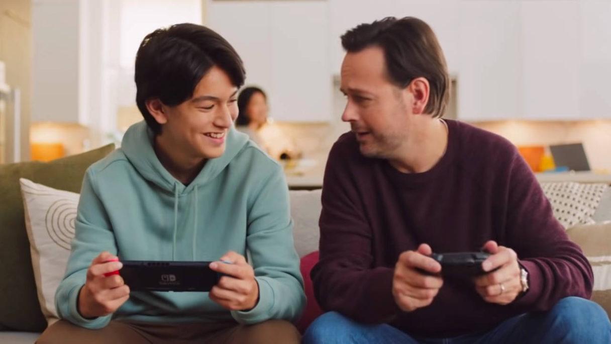 Nintendo Switch - granie kanapowe mężczyzny i chłopca