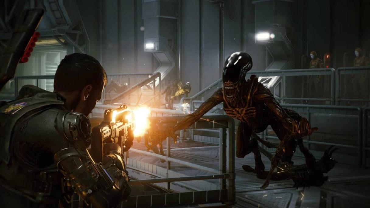 Nowe gry na PS5 i PS4 - Alien Fireteam Elite - żołnierz strzela z broni palnej do Obcego