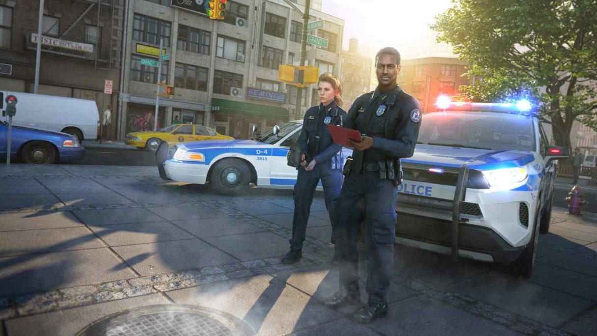Dwóch policjantów stoi przy policyjnych samochodach