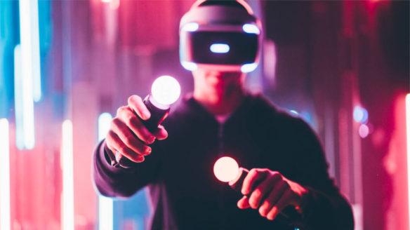 PS VR 2 - mężczyzna gra na pierwszym modelu PS VR