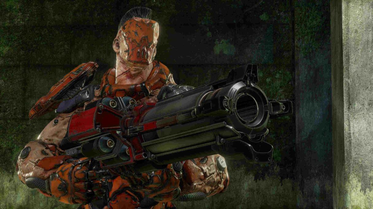 Mężczyzna stojący z bronią.