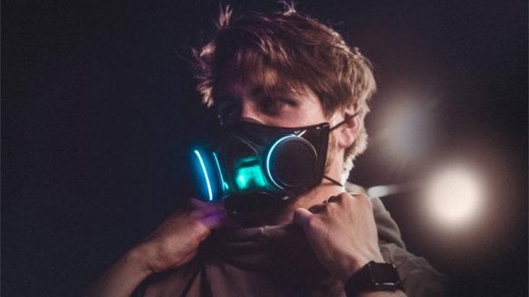 Mężczyzna ma ubraną maseczkę RGB - Razer Zephyr