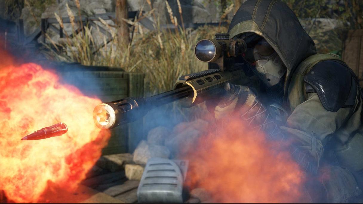 Snajper wystrzeliwuje pocisk z karabinu snajpierskiego