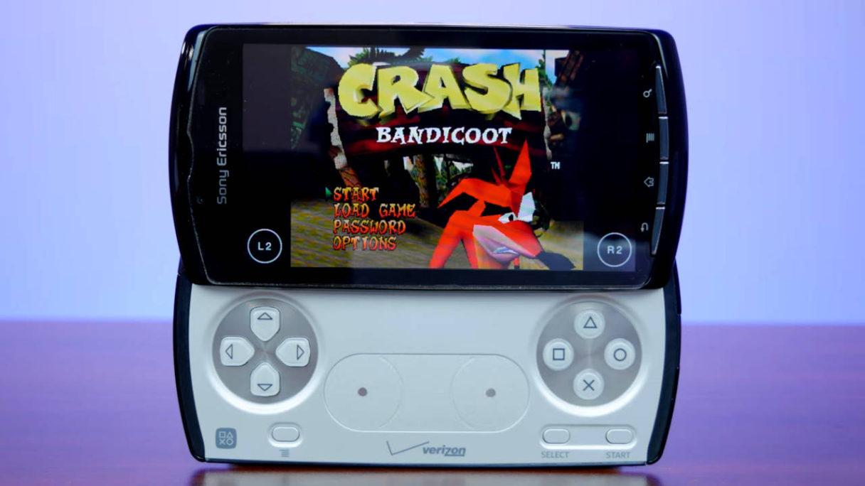 Sony Xperia Play z uruchomioną grą Crash Bandicoot