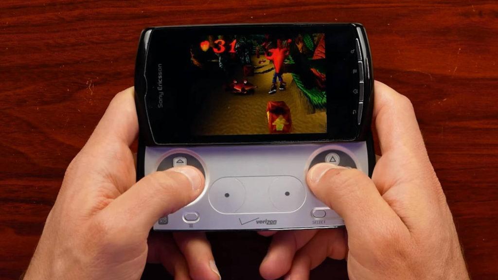 Sony Xperia Play - PlayStation Phone - PG - mężczyzna gra na telefonie w Crash Bandicoot