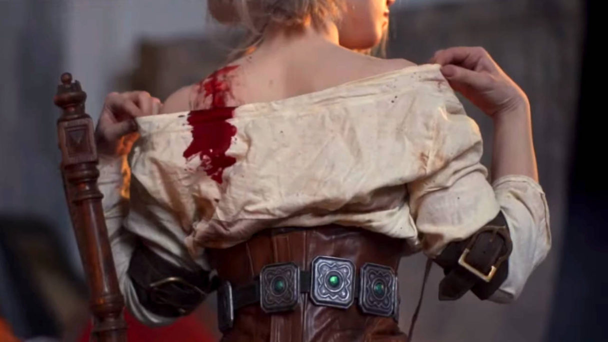 Wiedźmin 3 - cosplay - Lada Lyumos - Ciri ściąga wierzchnią część zakrwawionego odzienia, kadr zza pleców, zbliżenie na plecy