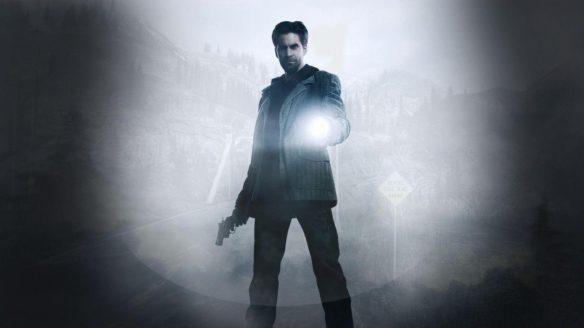 Mężczyzna stoi z latarką.