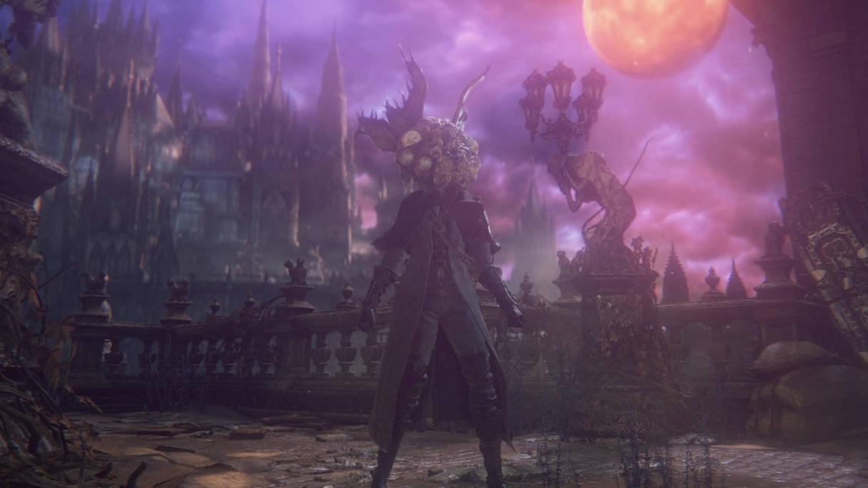 Mężczyzna w zbroi stoi na środku starego pałacu.