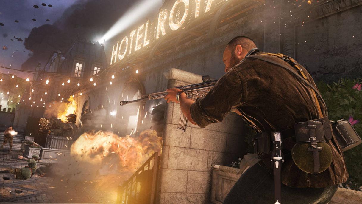 Call of Duty Vanguard - żołnierz za osłoną strzela do przeciwników w mieście