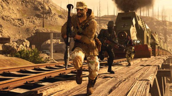 Call of Duty Warzone - żołnierze biegną z broniami wzdłuż torów, a za nimi jedzie lokomotywa