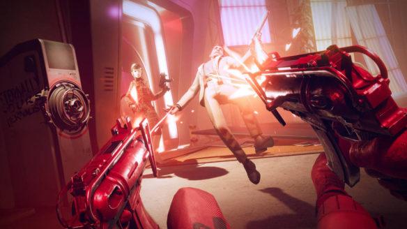 Deathloop - główny bohater strzela do przeciwnika, który lewituje w powietrzu