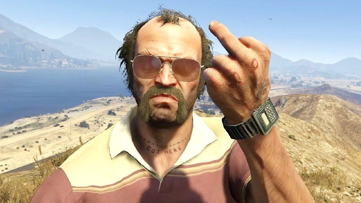 Trevor pokazuje środkowy palec.