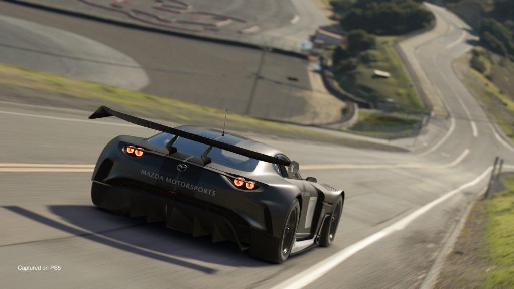 Gran Turismo 7 - Mazda RX Vision GT3 od tyłu. Samochód jedzie po torze