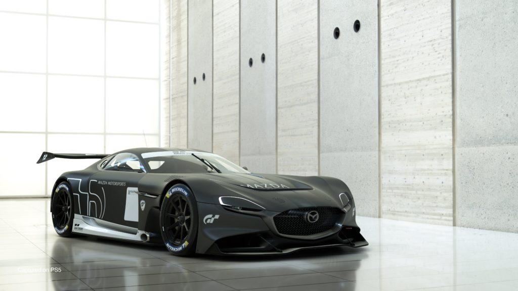 Gran Turismo 7 - Mazda RX Vision GT3 w budynku z ogromnymi, kwadratowymi oknami