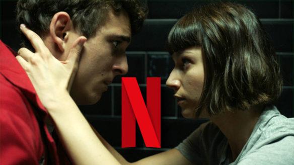 Netflix nowości wrzesień 2021 - Dom z papieru - Tokio trzyma Rio w łazience za kark i patrzy mu głęboko w oczy. Między nimi logo Netflixa