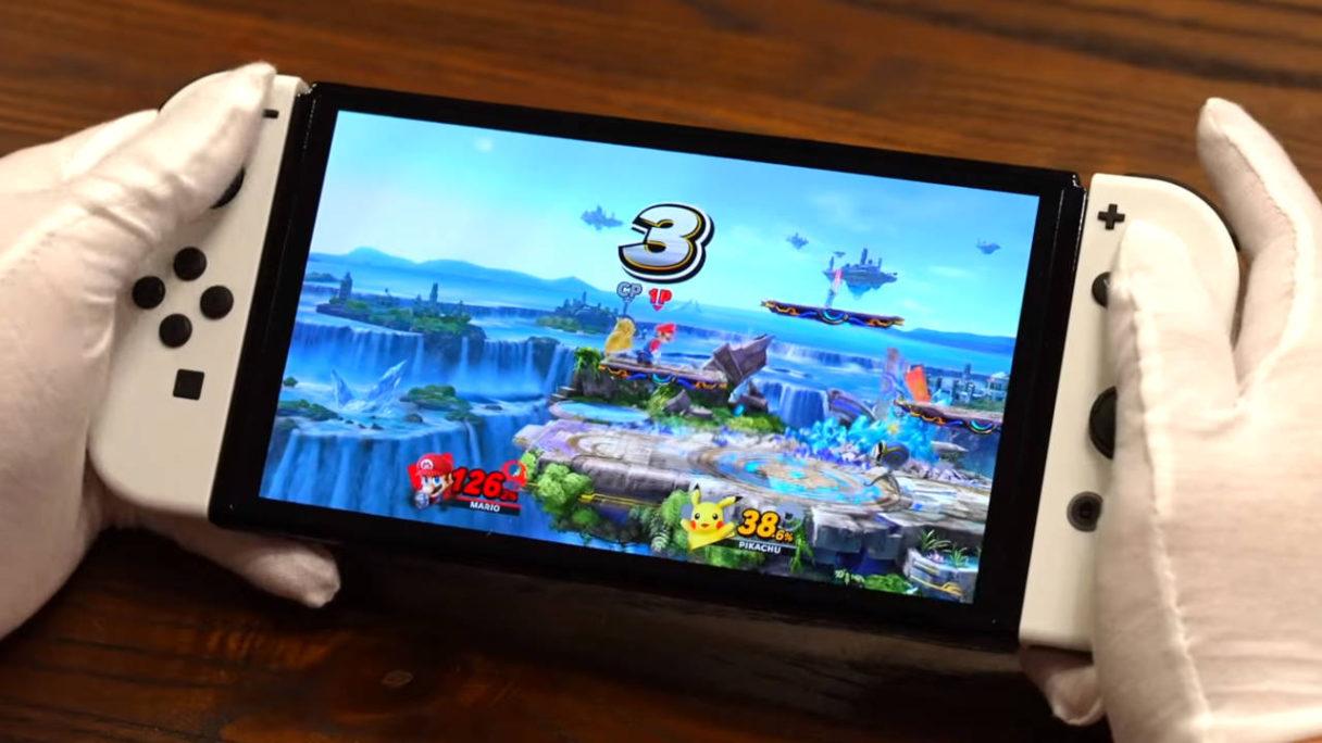 Mężczyzna gra na Nintendo Switch OLED w Super Smash Bros. Ultimate - PG