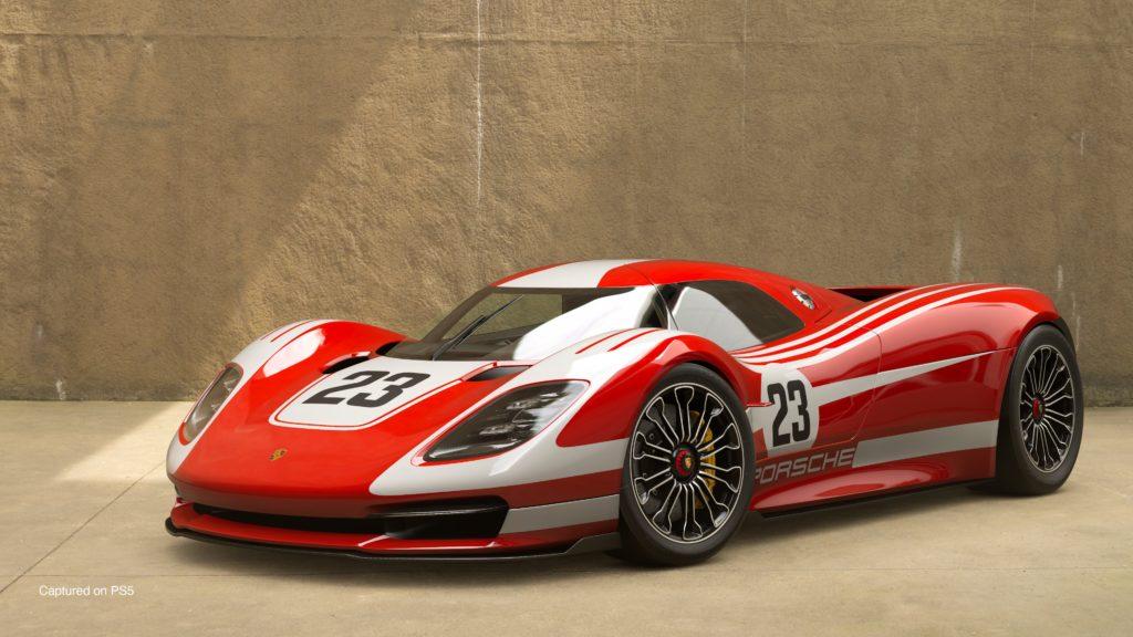 Gran Turismo 7 - Porshe 917 Living Legend na tle piaskowej ściany. Najpewniej akcja dzieje się w budynku