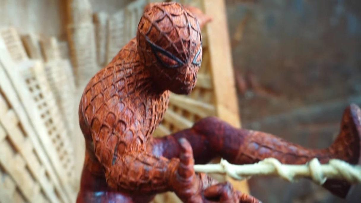Spider-Man - rzeźba z drewna - zbliżenie na postać - PG