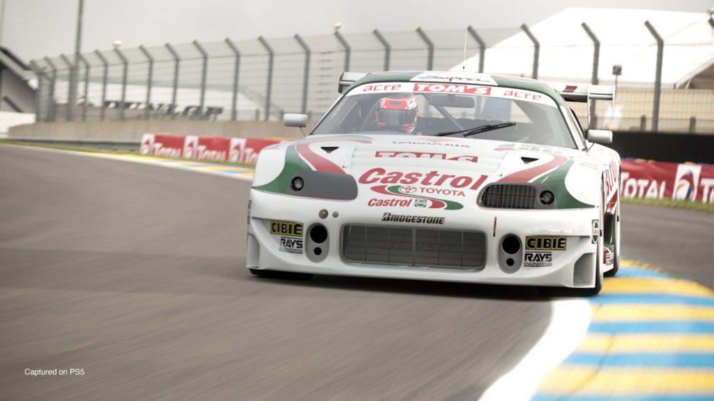 Gran Turismo 7 - Toyota Supra GT500 97' (Castrol Tom's) jedzie po torze wyścigowym