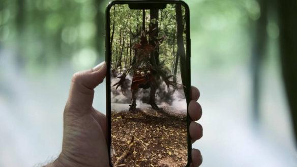Wiedźmin Pogromca Potworów - Leszy na telefonie, którego mężczyzna trzyma w ręce