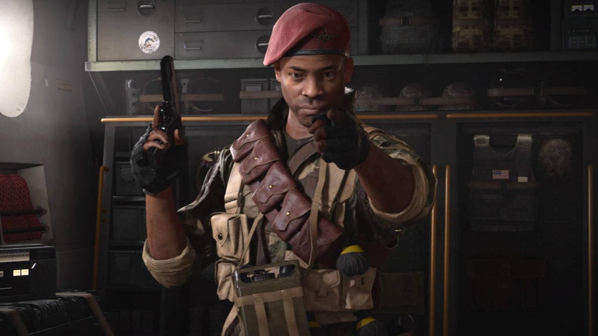 Call of Duty Vanguard - Arthur Kingsley wskazuje palcem na Ciebie, a w drugiej ręce ma pistolet