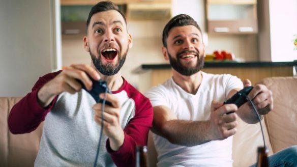 Gry dla dwóch graczy - mężczyźni grający na kanapie