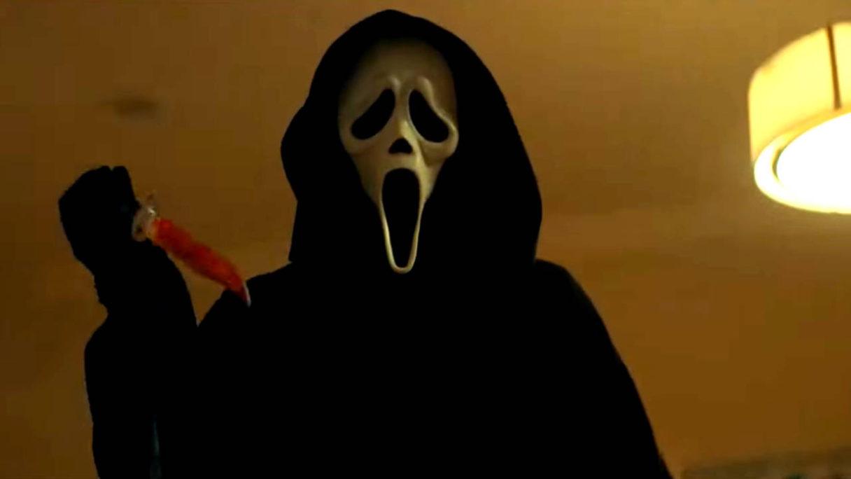 Krzyk 5 - Ghostface trzyma zakrwawiony nóż