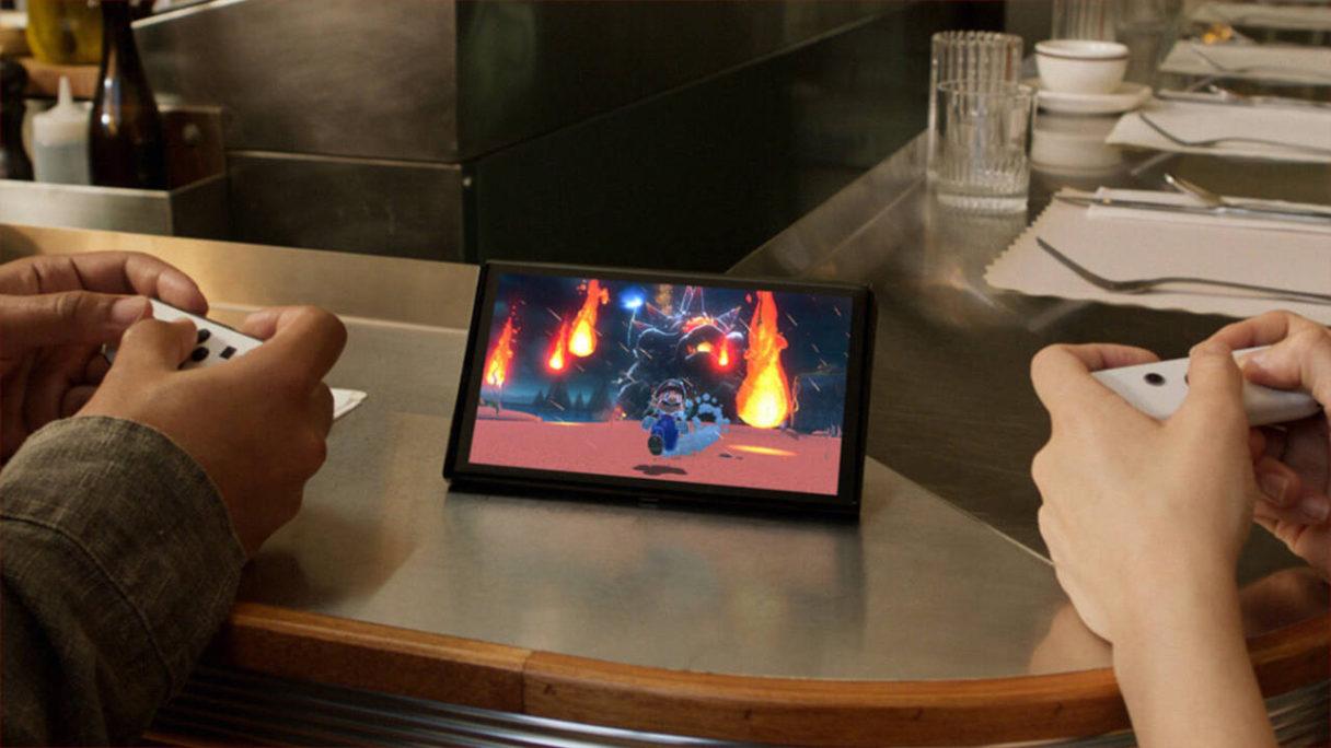 Nintendo Switch OLED - dwójka graczy gra na Switchu OLED w Mario