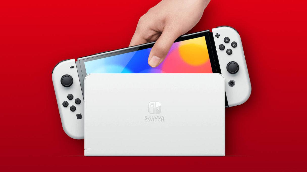 Ręka wyciąga Nintendo Switch OLED z docka