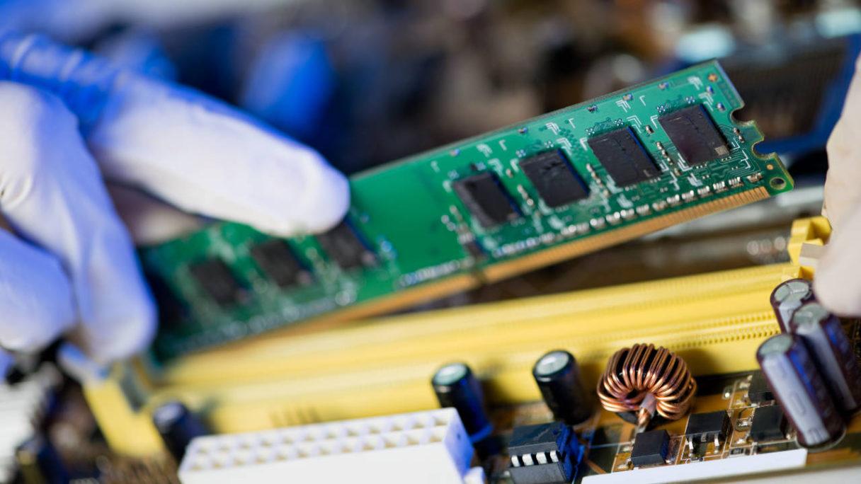 Kości RAM wkładane do slotów w płycie głównej
