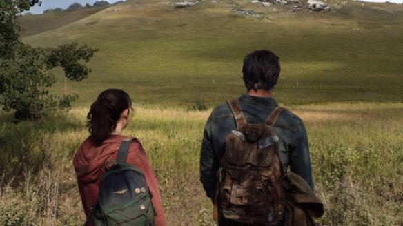 Serial The Last of Us - Joel i Ellie patrzą na wzgórze z rozwalonym pojazdem