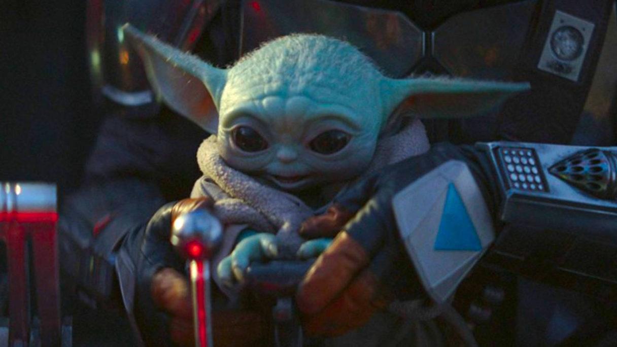 The Mandalorian - Baby Yoda trzymany na rękach głównego bohatera serialu